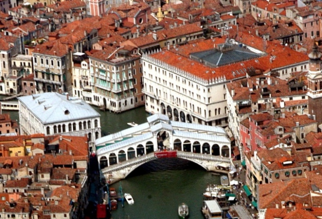 The Fondaco dei Tedeschi is the square based building back on the right of the the Rialto Bridge.