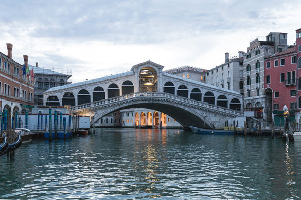 Rialto Bridge. The illuminated building standing on the back of the bridge is the new department store T-Fondaco. Photo by Delfino Sisto Legnani and Marco Cappelletti © Dfs Group