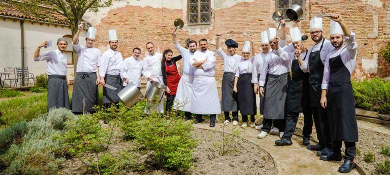 Members of the kitchen brigade, from right to left: Antonio Lusso, Mario Langianese, Aldo Mitolo, Nicola Stigliano, Ivan Dalla Costa, Samanta Giorgini, Federica Galeazzo, Giorgio Schifferegger (Executive Chef), Vincenzo D'Amora (Pastry Chef), Alexandra Abbate, Davide Rialti (Kitchen Chef), Ivano Scarlato (Kitchen Chef), Dario Campoli, Emiliano Bonciani and Antonio Calabrò. Below, Carlotta Smerghetto at the front desk.
