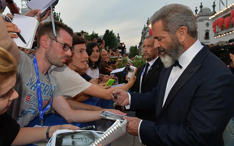 Mel Gibson signing autographs, photo credits la Biennale di Venezia - foto ASAC